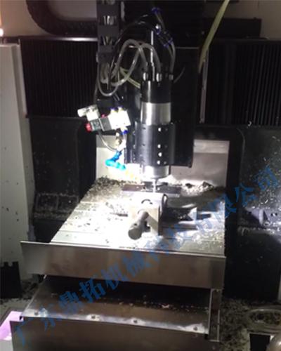 台湾晶钻光学正在使用鼎亿精雕机